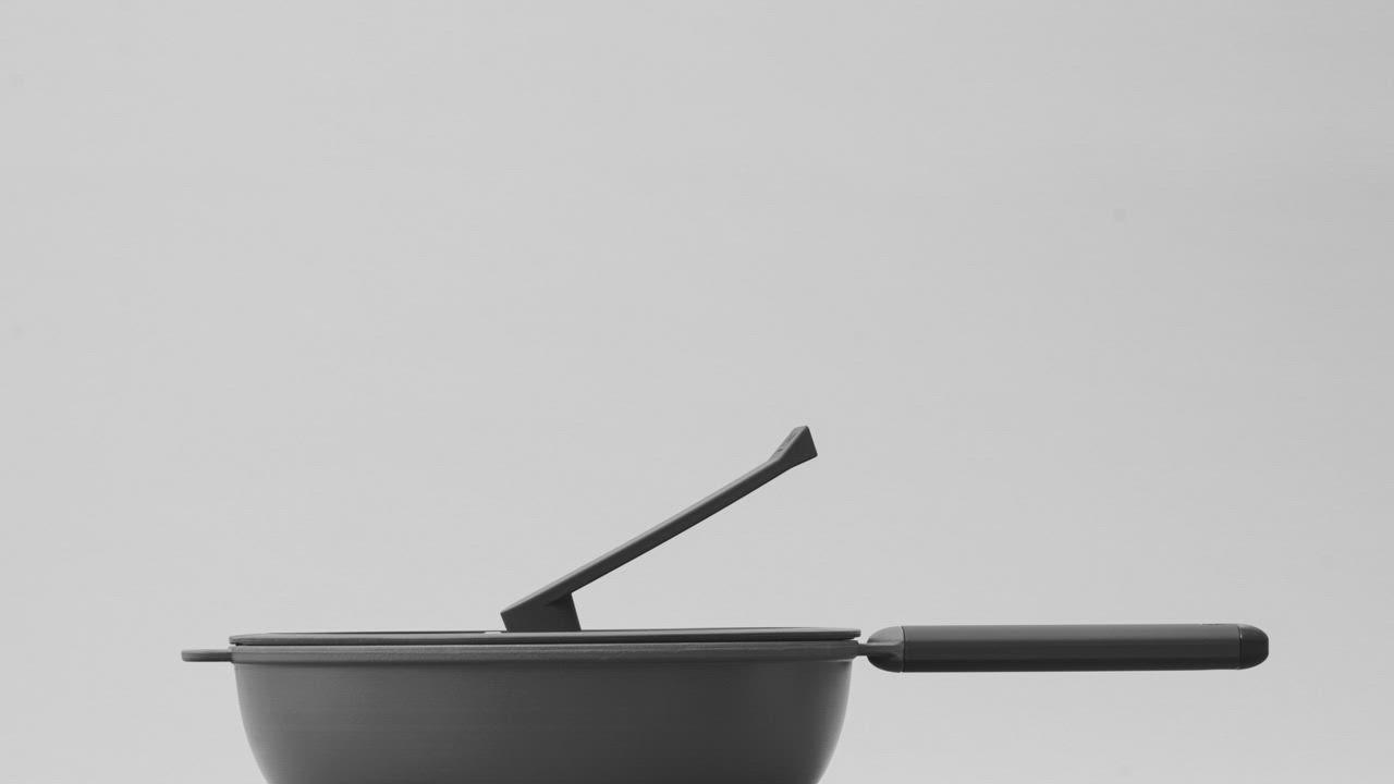 [獨家送韓式316調理碗5入] WOKY 沃廚 恰恰鍋26CM深煎鍋組(含鋼刷、集水器) product video thumbnail