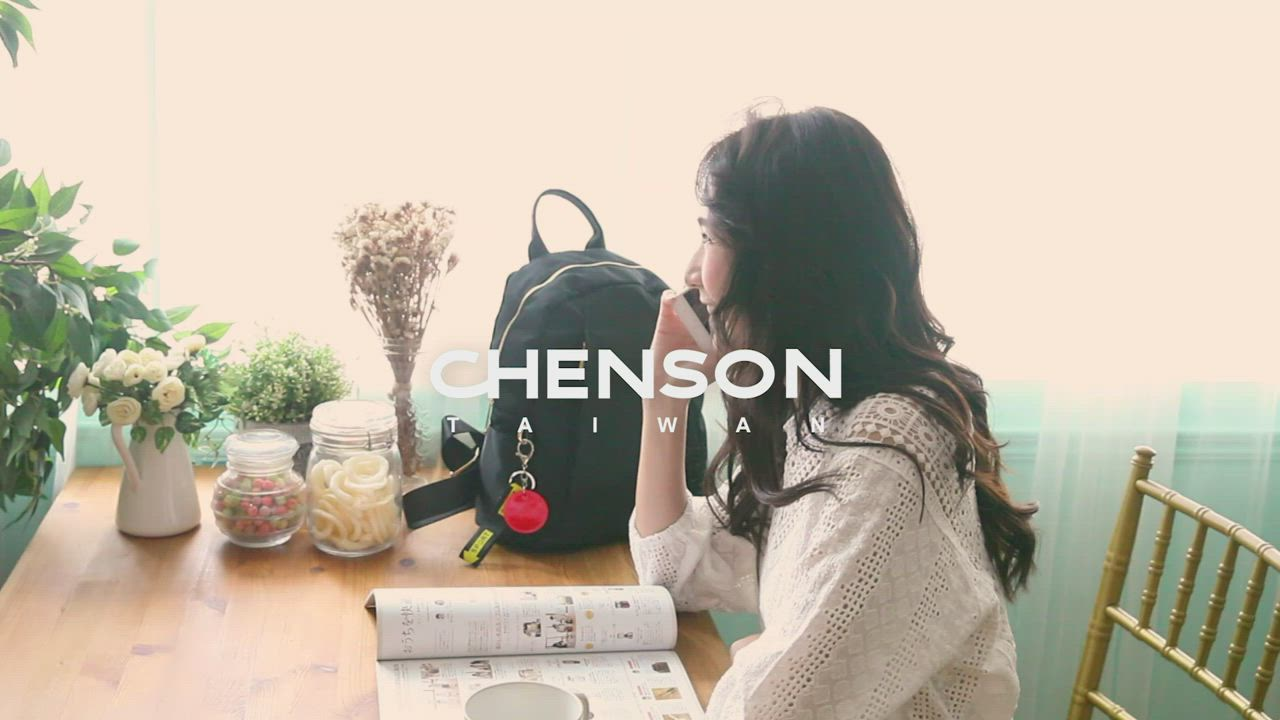 CHENSON真皮 10口袋!外出最愛中型後背包 柳茶灰(W09170-2) product video thumbnail