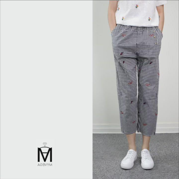 MYVEGA麥雪爾 MA純棉童趣繡花格紋八分褲-黑 product video thumbnail
